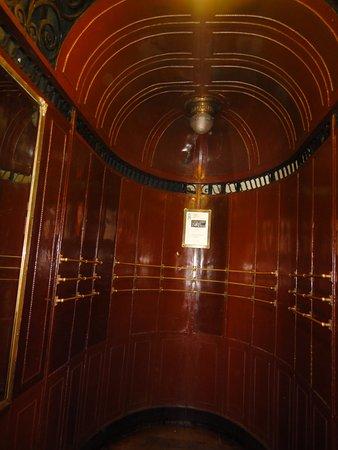 Palacio Barolo: Interior de uno de los 9 ascensores.
