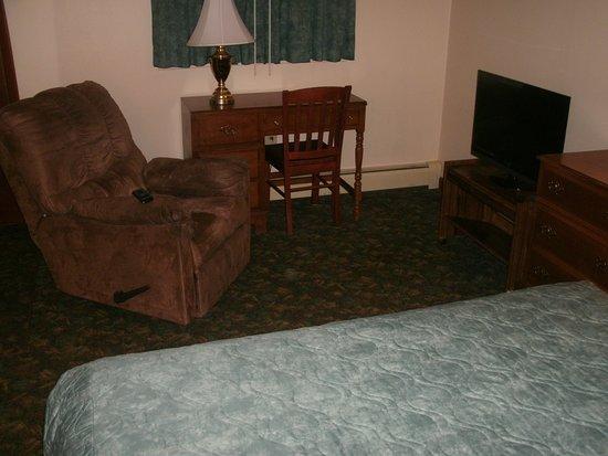Riverbank Motel and Cabins: Recliner, desk, digital TV