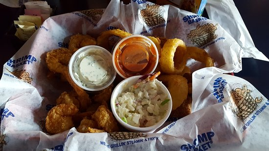 Auburn, ألاباما: Shrimp Basket, slaw with shrimp, onion rings and hush puppies