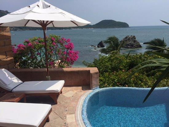 La Casa Que Canta: Plunge pool in our suite