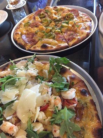 University Park, Flórida: Shrimp scampi and Taylor pork roll pizzas.  Excellent.