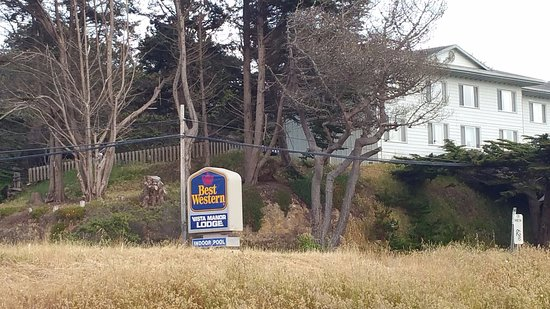 BEST WESTERN Vista Manor Lodge : Looking at hotel driveway entrance from across the road