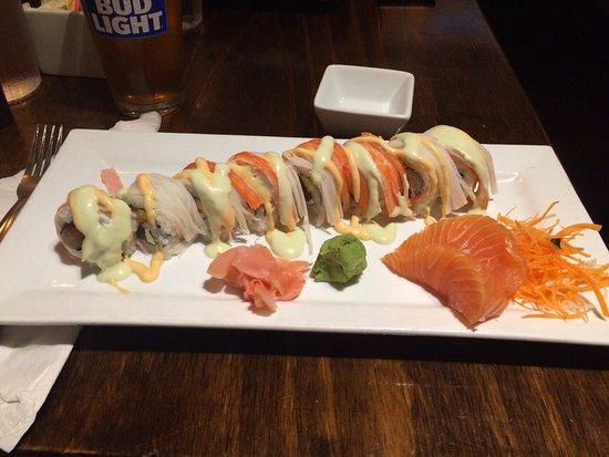Tequesta, Floride : Sushi de pescado, por arriba salsa picante y tiras de cangrejo. A un lado una porción de sashimi