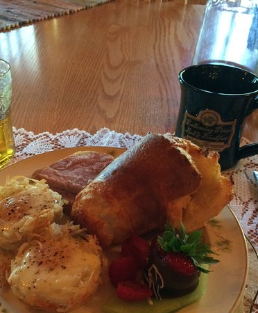 Embracing Pines B&B: Fresh popovers, eggs in a hash brown nest, fresh fruit, juice and choc-covered strawberries!