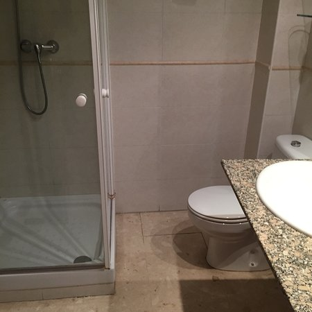St. Jordi Apartments: Front bathroom