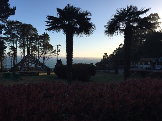 Ocean Cove Lodge Bar and Grill: Sunset on Highway 1