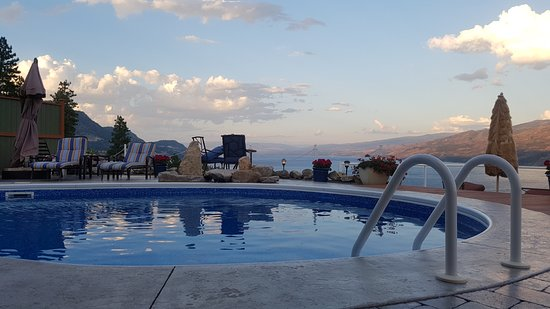 Okanagan Oasis B&B: Pool overlooking lake towards Kelowna