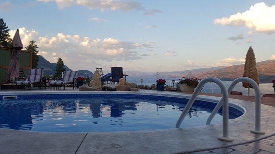 Okanagan Oasis B&B : Pool overlooking lake towards Kelowna