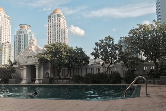 Indra Regent Hotel: Without free wifi ! Pool is for use just until 8 PM and for the rest of the day it will be dark