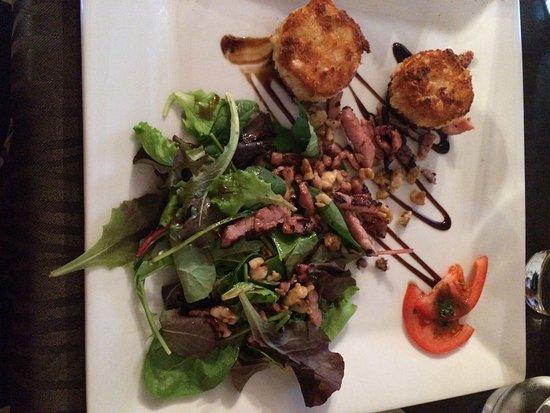 Chaille-les-Marais, France: Salade de chèvre chaud au noix ! Un vrai régal !!! Et très belle présentation ! Parfait !