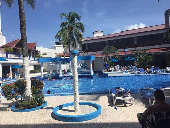 Sol Caribe San Andres: El hotel está muy central, a una cuadra de la playa y rodeado de muchas tiendas. Las habitacione