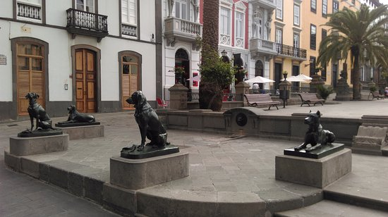 لاس بالماس دي جران كناريا, إسبانيا: Los Perros de La Plaza de Santa Ana, ноябрь 2015 года...