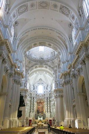 Theatinerkirche St. Kajetan: Austere interior when compared with contemporaries