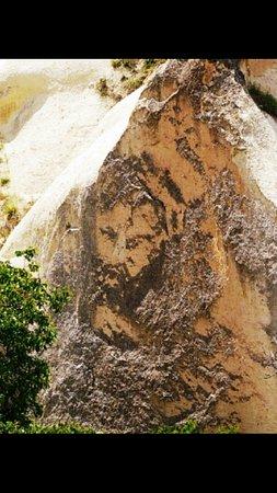 Mustafapasa, Turki: kaya üzerinde doğal yapım insan sülieti-mustafapaşa
