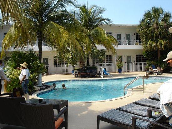 Tradewinds Apartment Hotel: Poolen