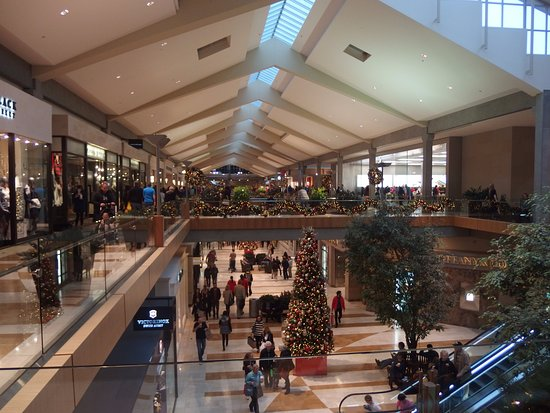 Bellevue Square Mall >> Holiday Carolers Picture Of Bellevue Square Bellevue Tripadvisor