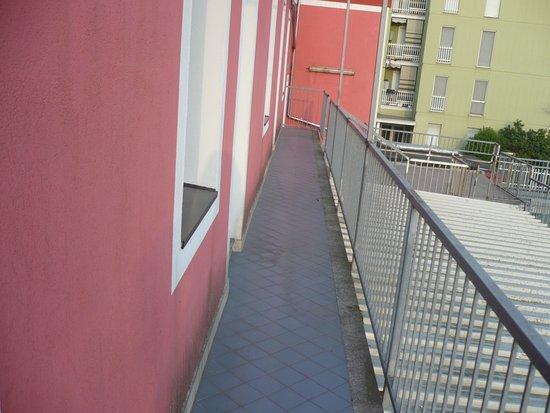 Hotel Mateotti: Rückseite Hotel, Balkon=Retungsweg, rechts unten der Parkplatz