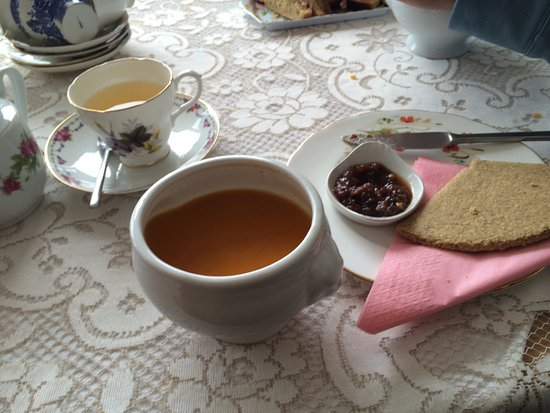 Unst, UK: Soup with oatcakes and chutney