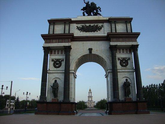 Памятник триумфальная арка в курске цены на памятники тольятти гомель