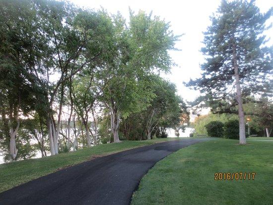 Riverfront Park: paved path