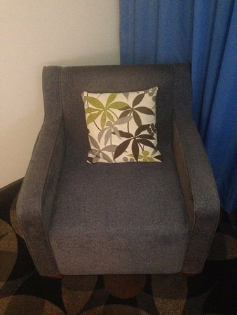 Rydges Gladstone Hotel : Comfy lounge chair to sit in while watching TV (flat screen)