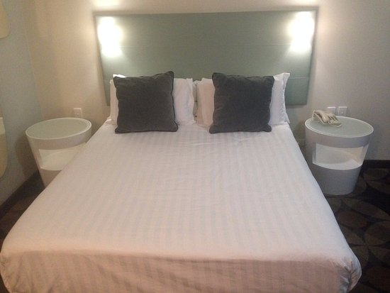 Rydges Gladstone Hotel : Nice big QUEEN bed