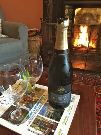 Freshford, İrlanda: Bubbles by the open fire