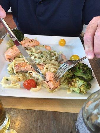 Sint-Niklaas, Belgien: Afschuwelijk, nooit meer, pasta van de chef met slechte zalm..., salade geitenkaas met meloen, g