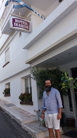 Hotel Ikaros: Owner Ioannis outside the hotel