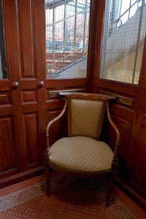 Hotel Royal: L'ascenseur ancien