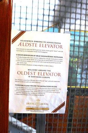 Hotel Royal: Un ascenseur millésimé