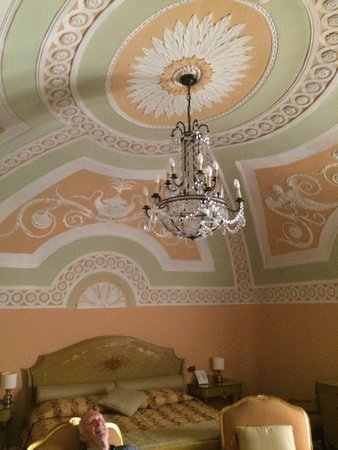 Accademia Hotel: The beautiful ceiling and bed.