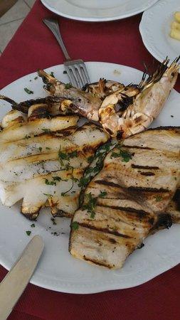 Hotel Ristorante Capo Piccolo: Pessimo ristorante. 4 pietanze (letteralmente 4) e un servizio a dir poco scadente. Vino bianco