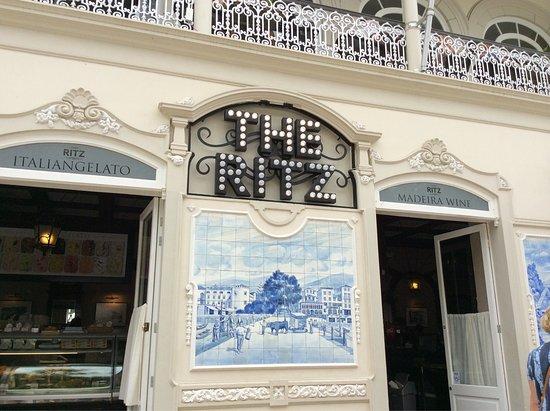 Angolo dell edificio con le azulejas le piastrelle bianche e blu