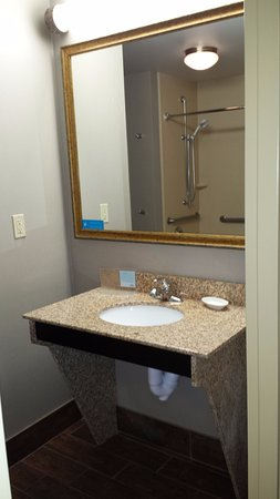 Marshall, MI: Sink in handicap accessible king room