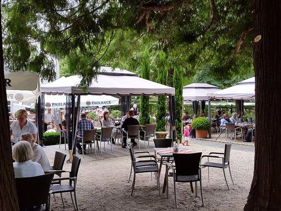 Wassenberg, Tyskland: Blick in den Biergarten