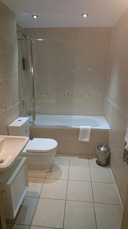 Staycity Aparthotels Duke Street: Main bathroom but there was also an ensuite