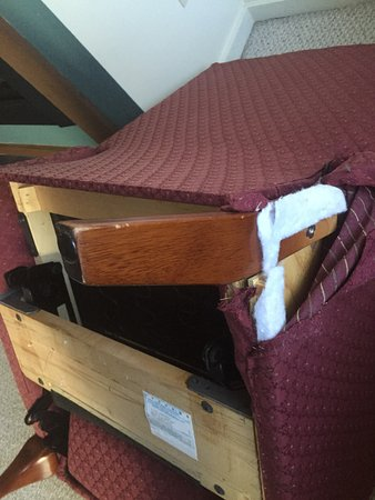 Sky Chalet Mountain Lodges: broken chair