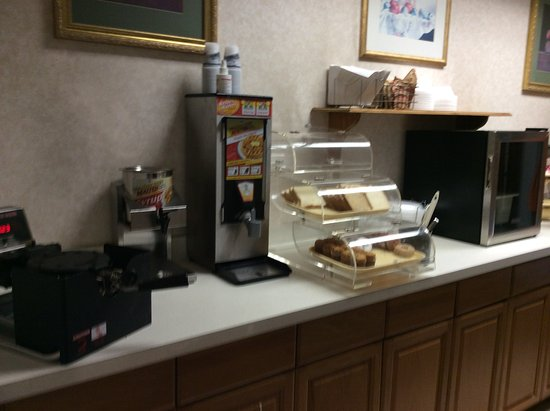 Montgomeryville, Πενσυλβάνια: waffle maker and breads-breakfast nook