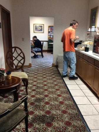 Montgomeryville, Пенсильвания: the breakfast room is thru the door way