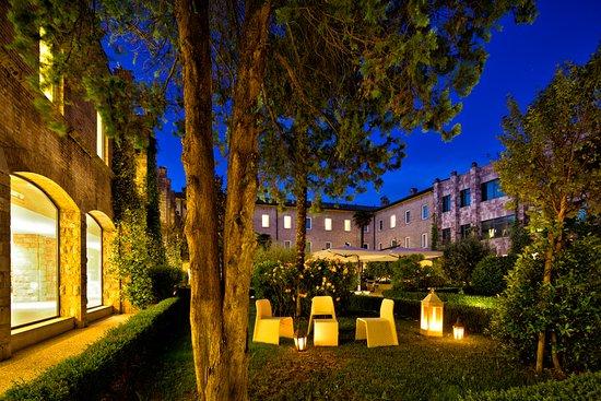 Hotel Cenacolo: Chiostro by night