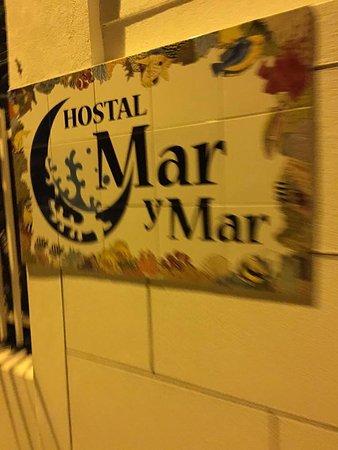 Hostal Mar y Mar: Placa em frente ao Hostal