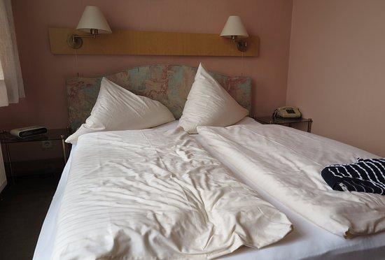 Muenchner Loewenbraeu Hotel-Restaurant: Bra sängar + urkopplad klockradio