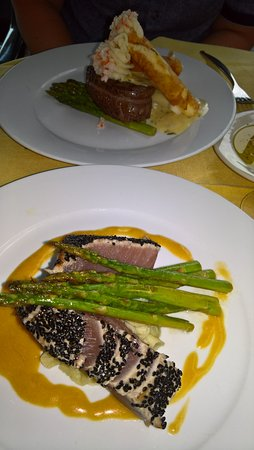 Pope's Tavern at the Oxford Inn : filet mignon (far dish) and seared tuna entree