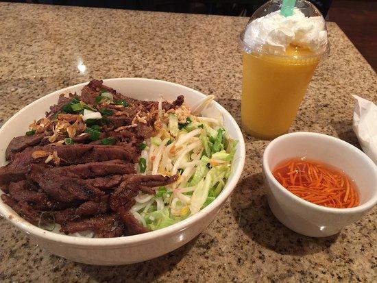 Auburn, ألاباما: Fabulous Beef Noodle Bowl & Delicious Peach Smoothie