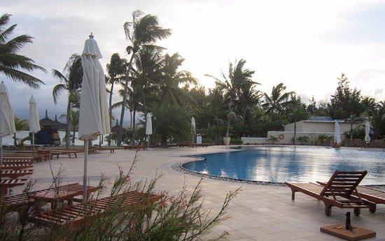 Pool area picture of jalsa beach hotel spa mauritius for Swimming pool mauritius