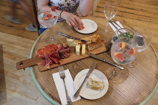 Mortehoe, UK: Pop-up pizza night at Miss Fae's cafe - a delicious evening, with great hosts! The gin was out o