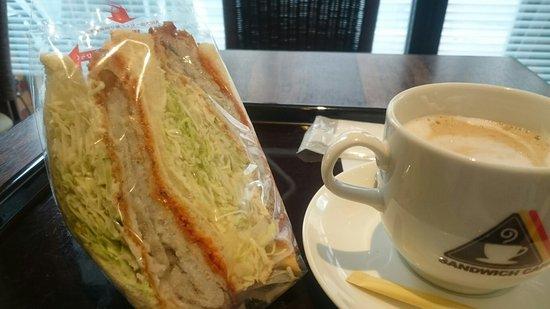 Amami 自家製のサンドイッチの種類が豊富で美味しい。白身魚のサンドイッチ。