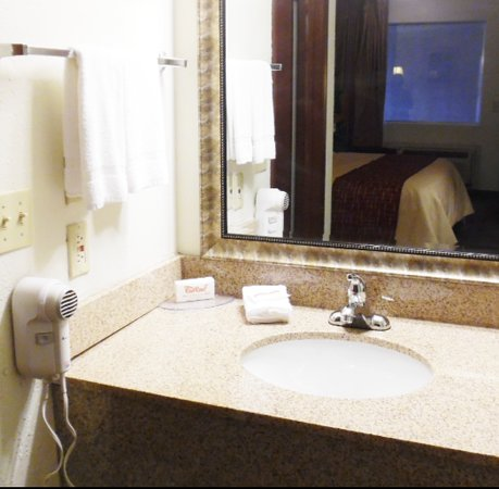Red Roof Inn & Suites Oklahoma City Southwest: Vanity