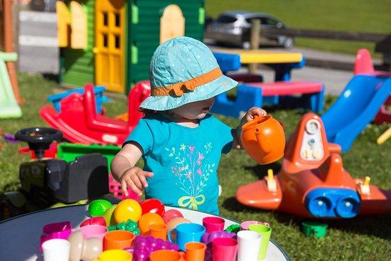 Chalet la Croix Blanche Hotel : jardin pour enfant avec les jeux